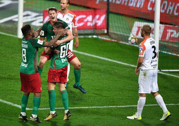 Футболисты Локомотива Джефферсон Фарфан, Алексей Миранчук и Антон Миранчук (слева направо)