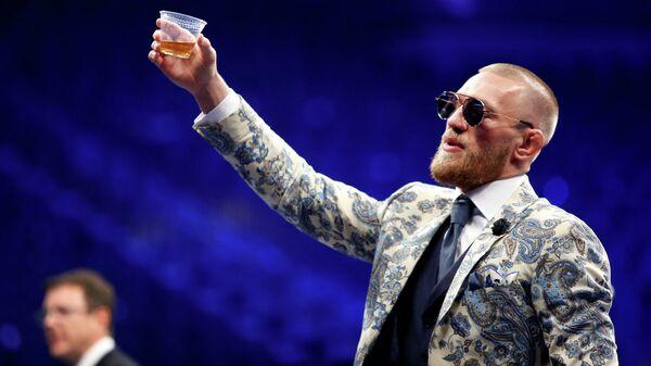 В США бармены смыли виски Макгрегора в унитаз и призвали к бойкоту ирландца