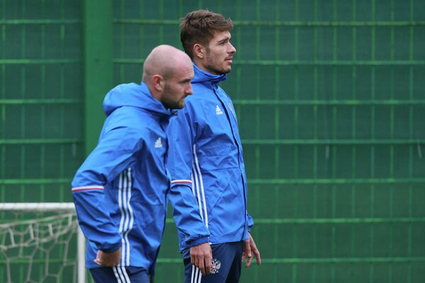Футболисты сборной России Константин Рауш (слева) и Роман Нойштедтер