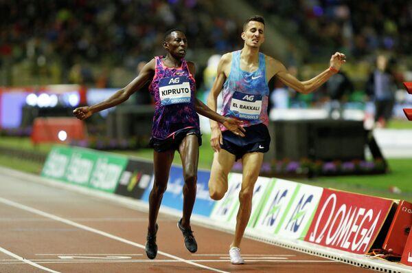 Кенийский легкоатлет Консеслус Кипруто и марокканец Суфиан Эль Баккали (слева направо)