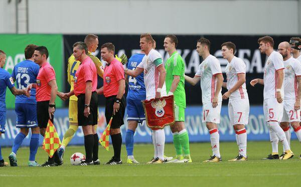 Футболисты сборной России (справа) и футболисты Динамо перед началом матча
