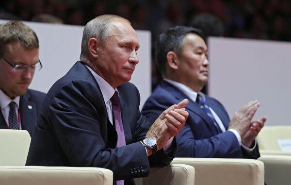 Президент РФ Владимир Путин и президент Монголии Халтмагийн Баттулга (справа) во время посещения финальной части международного турнира по дзюдо среди юниоров