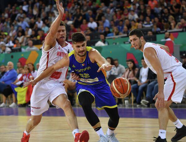 Игрок сборной Черногории Суад Сехович (слева) и игрок сборной Румынии Нандор Кути