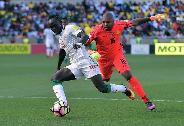Нападающий сборной Сенегала по футболу Садьо Мане и вратарь команды ЮАР Итумеленг Куне (слева направо)