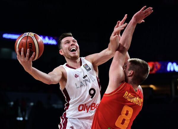 Защитник сборной Латвии Дайрис Бертанс (слева) и форвард сборной Черногории Дино Родончич
