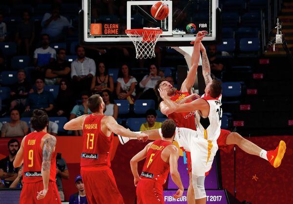Игровой момент четвертьфинального матча Евробаскета-2017 между сборными Испании и Германии