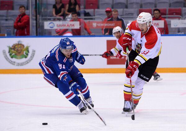 Форвард СКА Максим Карпов (слева) и форвард Куньлуня Матиас Мюттюнен