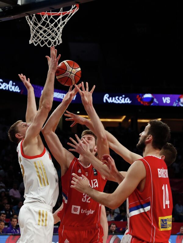 Игровой момент полуфинального матча чемпионата Европы по баскетболу Россия - Сербия