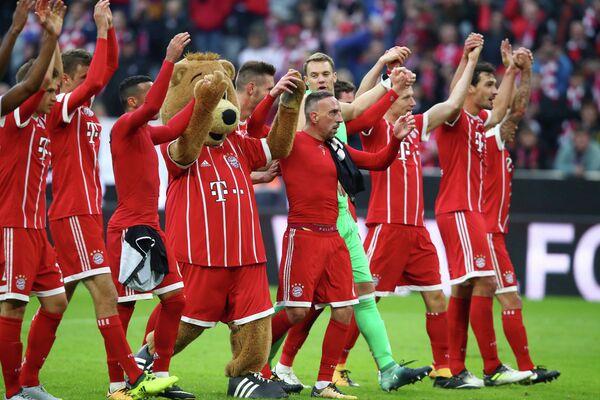 Футболисты и маскот мюнхенской Баварии