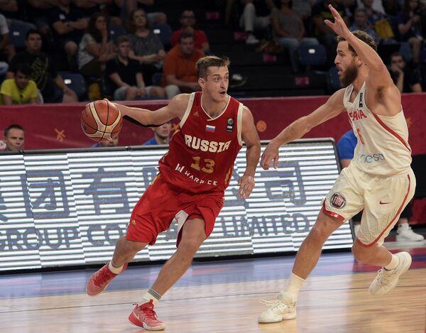 Защитник сборной России Дмитрий Хвостов (слева) и защитник сборной Испании Серхио Родригес