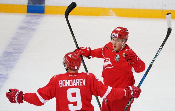 Защитники ХК Спартак Алексей Бондарев (слева) и Дмитрий Юдин