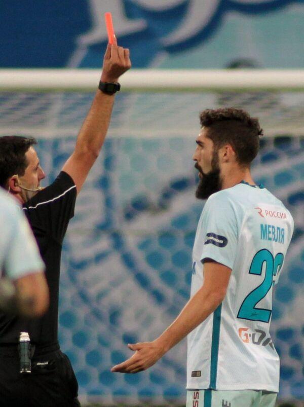 Защитник ФК Зенит Миха Мевля (справа) получает красную карточку