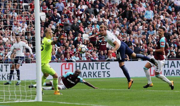 Нападающий Тоттенхэма Харри Кейн (второй справа) забивает гол в ворота Вест Хэма