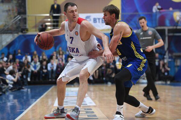 Защитник БК Химки Егор Вяльцев (справа) и защитник ПБК ЦСКА Виталий Фридзон