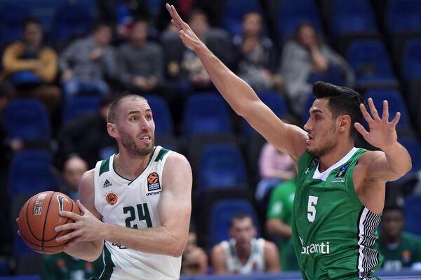 Защитник БК Панатинаикос Мэтт Лойески (слева)