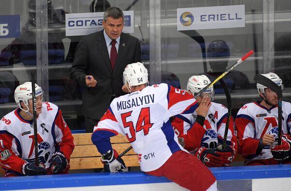 Главный тренер Локомотива Дмитрий Квартальнов (на втором плане)