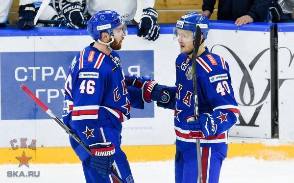 Хоккеисты СКА Владислав Гавриков и Евгений Кетов (слева направо)