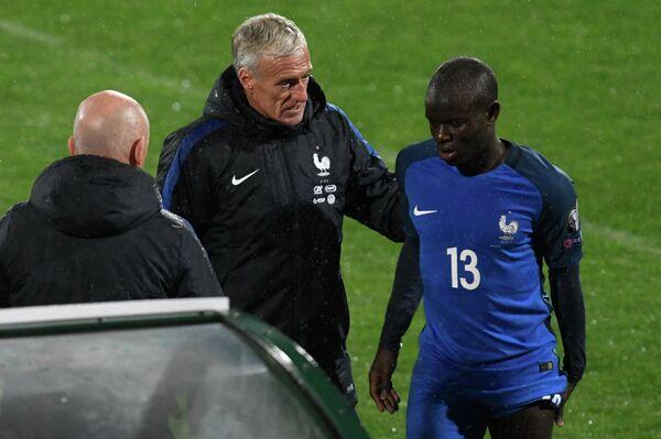 Хавбек сборной Франции Н'Голо Канте (справа) и главный тренер сборной Франции Дидье Дешам