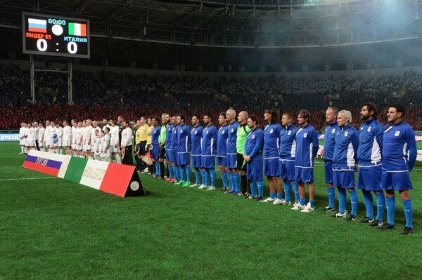 Футболисты российской команды Лидер-65 и итальянской команды ветеранов Club Italia Master перед товарищеским матчем в Грозном