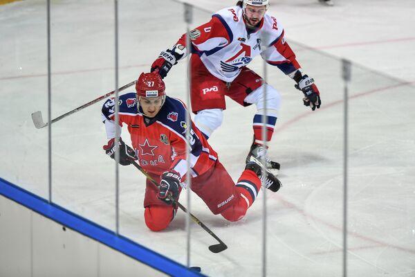 Нападающий ЦСКА Кирилл Петров (на первом плане) и защитник Локомотива Денис Осипов