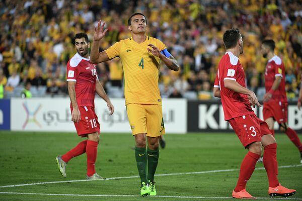 Нападающий сборной Австралии Тим Кэхилл (в центре)