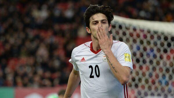 Форвард сборной Ирана Сердар Азмун радуется забитому мячу