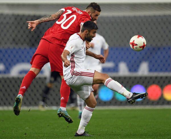 Защитник сборной России Федор Кудряшов (слева) и форвард сборной Ирана Кавех Резаи