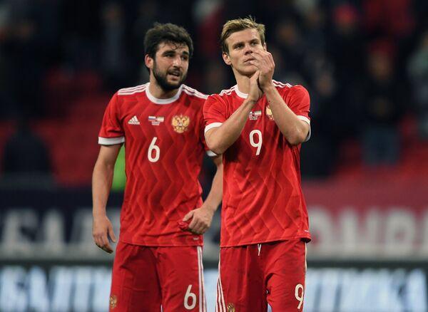 Футболисты сборной России Георгий Джикия (слева) и Александр Кокорин