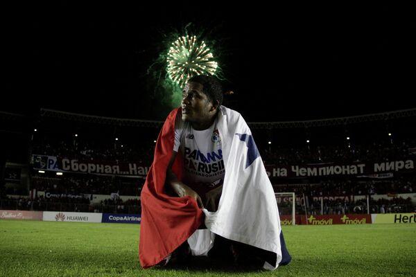 Форвард сборной Панамы по футболу Хорхе Гонсалес и баннер на русском языке