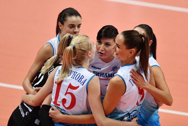 Волейболистки московского Динамо радуются выигранному очку