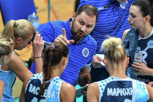 Главный тренер казанского Динамо Ришат Гилязутдинов (в центре)