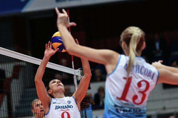 Игрок ВК Динамо (Москва) Вера Ветрова (слева)