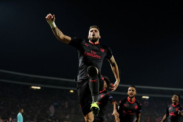 Футболисты Арсенала радуются забитому мячу Оливье Жиру (в центре)