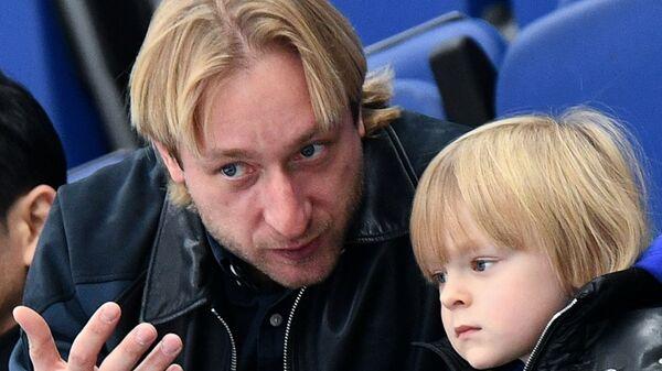 Двукратный олимпийский чемпион по фигурному катанию Евгений Плющенко с сыном Александром