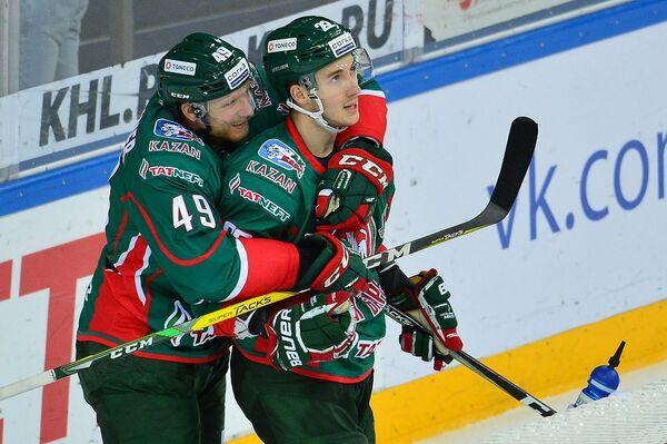 Нападающие Ак Барса Роб Клинкхаммер (слева) и Станислав Галиев