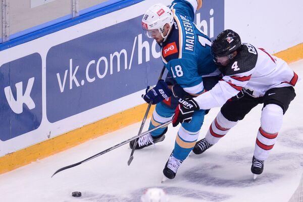 Нападающий ХК Сочи Дмитрий Мальцев (слева)