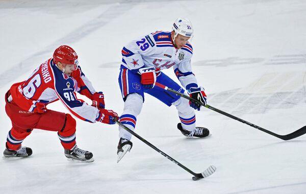 Форвард ПХК ЦСКА Андрей Кузьменко (слева) и нападающий ХК СКА Илья Каблуков