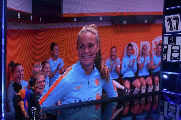 Голландка Лике Мартен о время телемоста во время церемонии вручения наград ФИФА