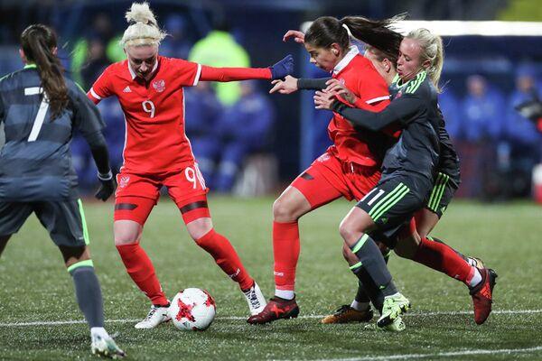 Футболистка сборной России Надежда Карпова (вторая справа)