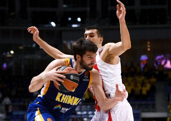 Защитник БК Химки Стефан Маркович (слева) и защитник БК Црвена Звезда Огнен Добрич