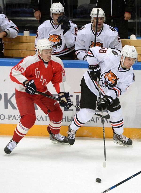 Максим Веревкин (справа на первом плане)