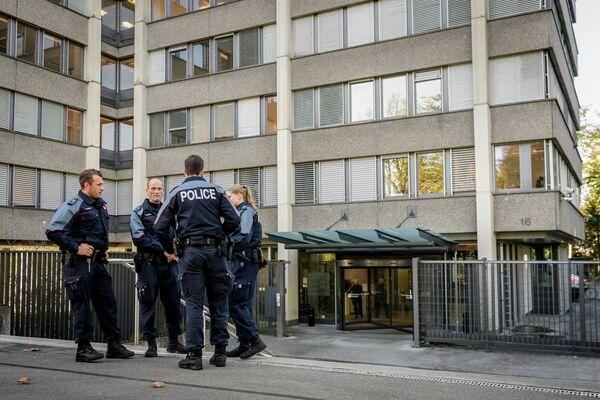 Сотрудники полиции у здания швейцарской прокуратуры во время допроса президента ПСЖ Нассера Аль Хелаифи