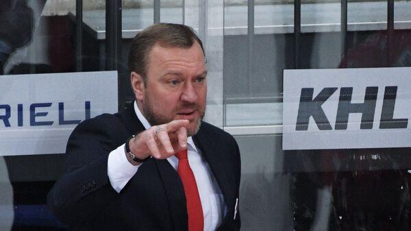 Главный тренер ХК Спартак Вадим Епанчинцев (в центре на втором плане)