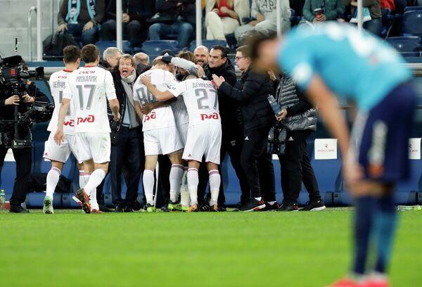 Игроки и тренерский штаб ФК Локомотив радуются забитому голу