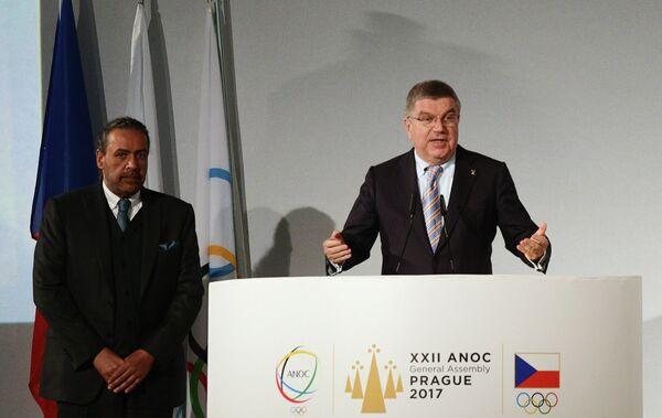Томас Бах (справа)