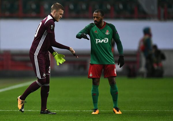 Вратарь Локомотива Никита Медведев (слева) и хавбек Локомотива Мануэл Фернандеш