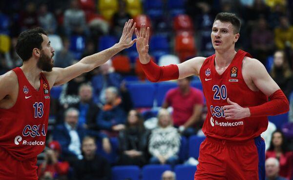 Баскетболисты ЦСКА Серхио Родригес (слева) и Андрей Воронцевич