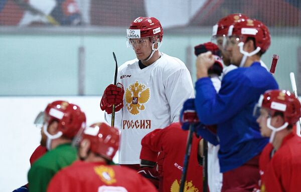 Нападающий сборной России по хоккею Владимир Ткачёв (в центре)
