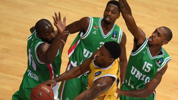 Защитник Турина Ламар Паттерсон (в центре), баскетболисты УНИКСа Стефан Ласме, Мелвин Эджим и Джамар Смит (слева направо на втором плане)