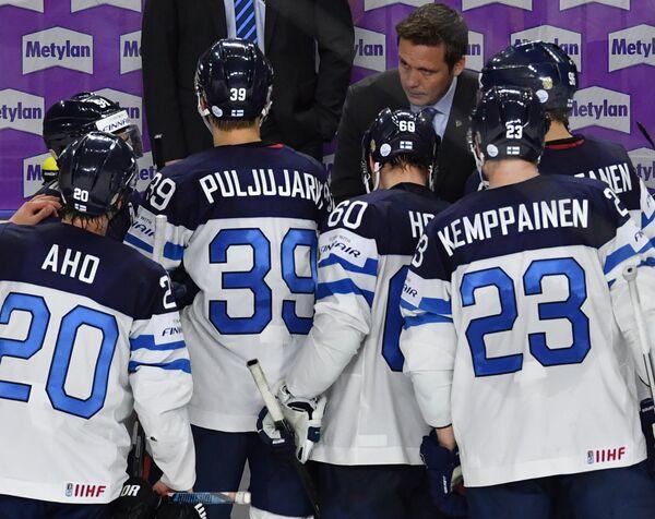 Главный тренер сборной Финляндии Лаури Марьямяки и хоккеисты команды